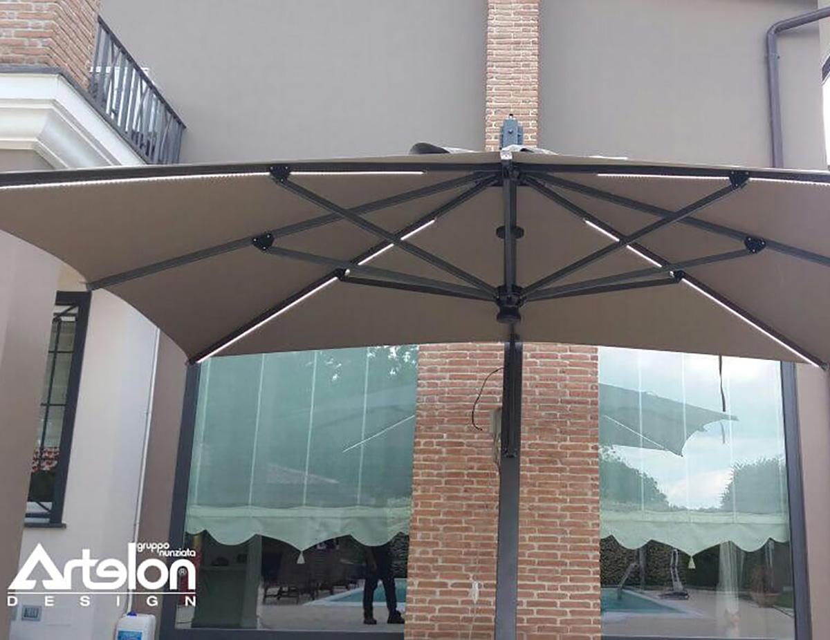 Ombrello 3x4 pensile da giardino con struttura in ferro verniciato e sistema di illuminazione a led luce fredda con accensione radiocomandata.