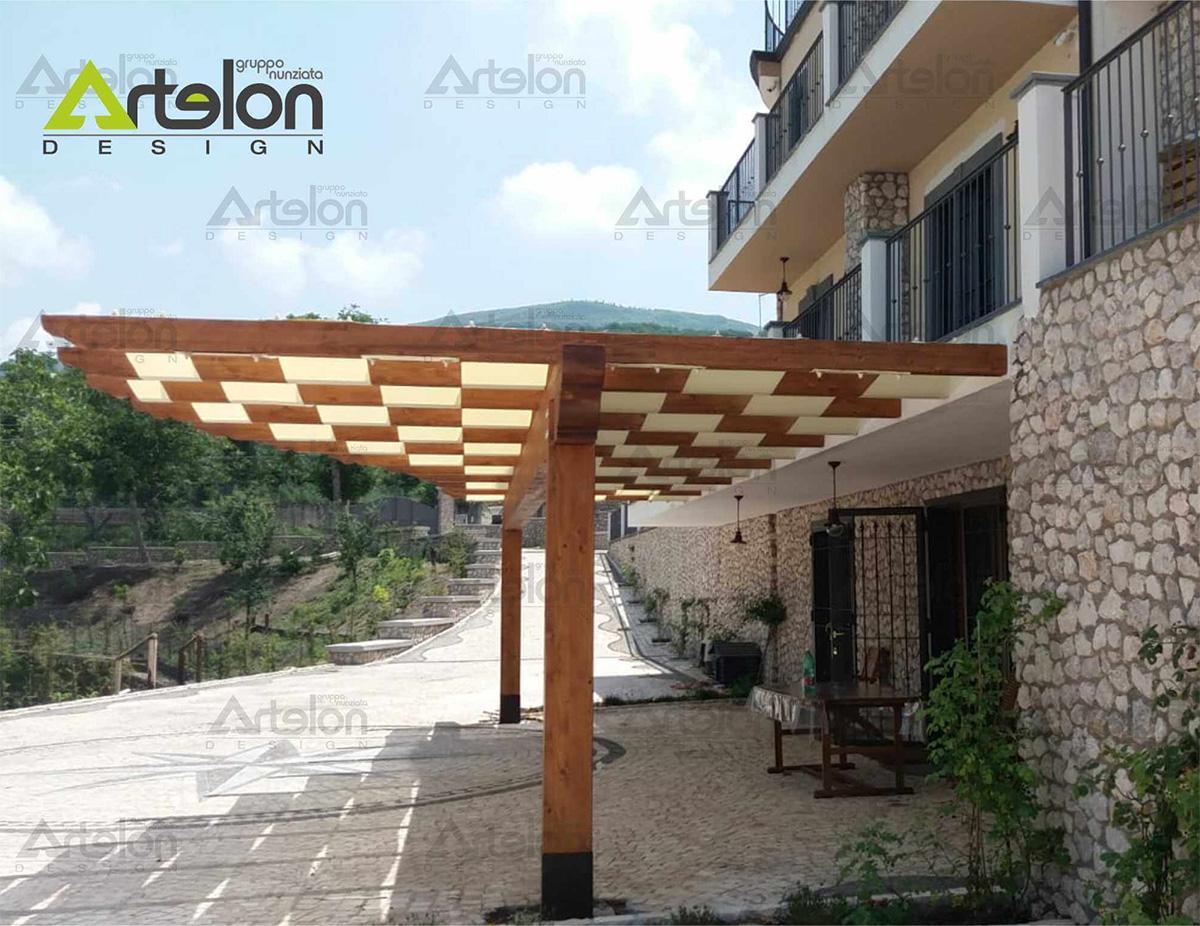 Telo di copertura, ombreggiante e/o impermeabile, montato a fasce alternate, su struttura in legno