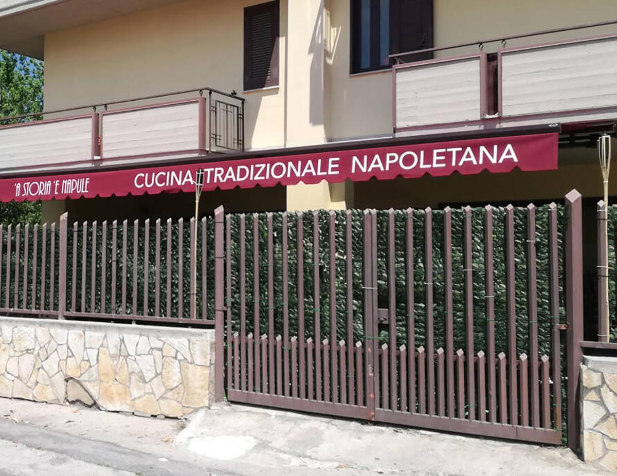 Tenda a bracci con tessuto tempotest parà, struttura marrone 8017 con motore radiocomandato montata al ristorante pizzeria A storia è Napule , Casamarciano.