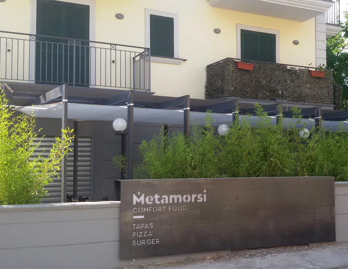 Vela su misura (Nola) in pvc bianco microforato montata come sottotetto ombreggiante per struttura in ferro di ristorante Metamorsi , via Stella (Nola).